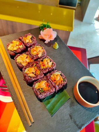 Tandoori Chicken Black Sushi Roll 📝Review:- Sushi Roll with spice roasted chicken, red capsicum, coriander, tandoori sauce and truffle oil. Try it if you are a sushi lover. 💰Price:- ₹525 ⭐Presentation, Taste and Value for money:- 4/5