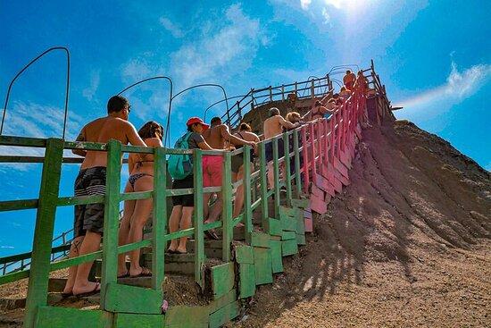 Vulcano di fango di un'intera giornata e città di Indigena