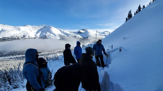 Guía de montaña privada e instrucción: Learning Snow science in the most beautiful valley from the legendary guide of the Rockies!