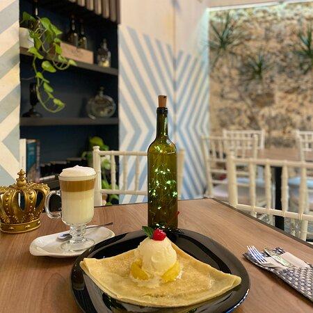 Deliciosa crepa dulce con un rico café capuchino.