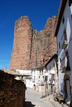 Souvenirs de mes Voyages --- Espagne -- Aragon -- Le village de Riglos et ses impressionnants Mallos surplombant les maisons de 300 m de hauteur.20.11.24