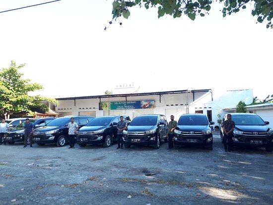 Mataram, Indonesia: Kami menyediakan mobil keluaran terbaru dipandu sopir yang sudah berpengalaman.