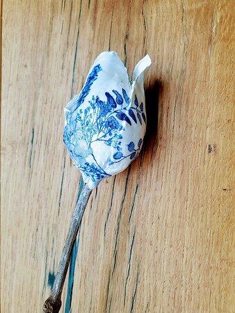 Hollandse Tulpenbloemen van klei die je zelf gaat beschilderen en bewerken. Een redelijk exclusieve workshop waarbij je technieken leert en met een prachtig eigen gemaakte tulp naar huis gaat. Deze is in Delfts Blauw gemaakt.