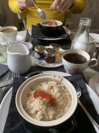 Bridge of Orchy, UK: Eggs Florentine, hearty porridge, toast with assorted jams, fresh juice, and bottomless coffee and tea –all included in the price of the room! What more could you ask for?