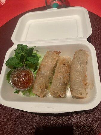Délicieux et raffinés ( nems ,poulets vapeur, pas thaï aux scampis et wok végétariens avec son riz rouge (organique = un délice)