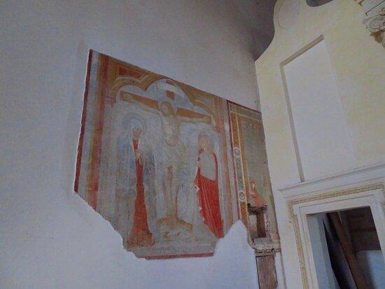 Crocifissione nella parete sx, vicino all'altare maggiore, della navata principale (scuola viterbese del XV secolo)