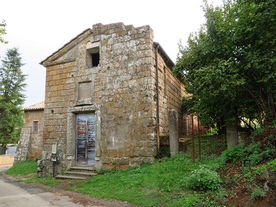 La facciata asimmetrica della chiesa