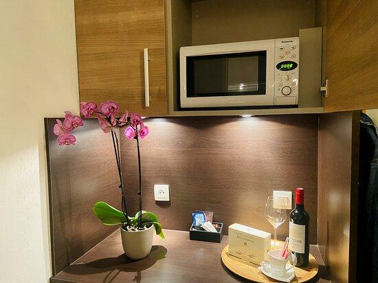 Bordeaux Airport: Coin cuisine semi équipé avec frigo, micro-ondes, bouilloire et plateau de courtoisie, afin de pouvoir se préparer un encas avec un café ou un thé, en toute tranquillité !