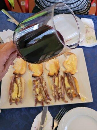 Un buen vino y unas anchoas del cantábrico con mantequilla ....