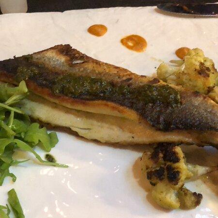 Buen restaurante y buen pescado.  Ambiente bien agradable.