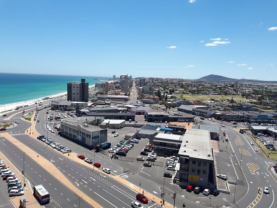 View of the neighborhood.  Dolphin Inn Blouberg is 180 m from the  beach and walking distance to all the restaurants on Marine Circle.  You will see the green grass/ park area, where we are situated on the corner / beach side.