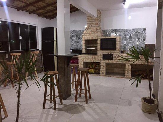 Cabo Frio, RJ: Area Social super aconchegante com fogao, geladeira , churrasqueira , forno e fogão de lenha.