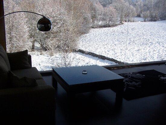 Puebla de Sanabria, Spain: El calor de la chimenea y la nieve en el horizonte.