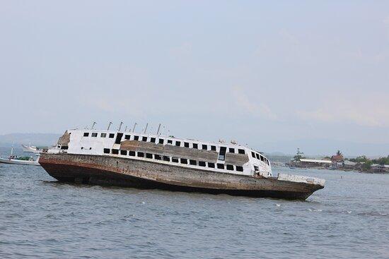 Dermaga Lewoleba menyimpan Kapal Tua, yang misterius