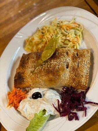 Loghme Bosorg, Blatterteil gefüllt mit Gyros, frischen Zwiebeln und Käse, dazu Tsatsiki und Krautsalat; Nr. 133