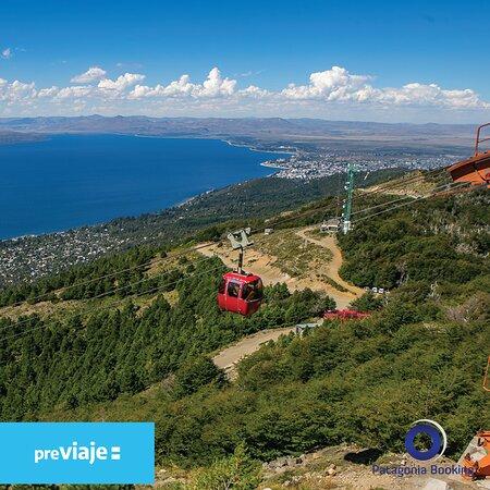 Visitar el Cerro Otto y subir en las clasicas gondolas rojas es uno de los atractivos de Bariloche por excelencia. Llamanos por whatsapp al +54 9294 4601440 y hace tu reserva