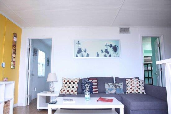 Cocoa Beach, FL: Dolphin Bay living room