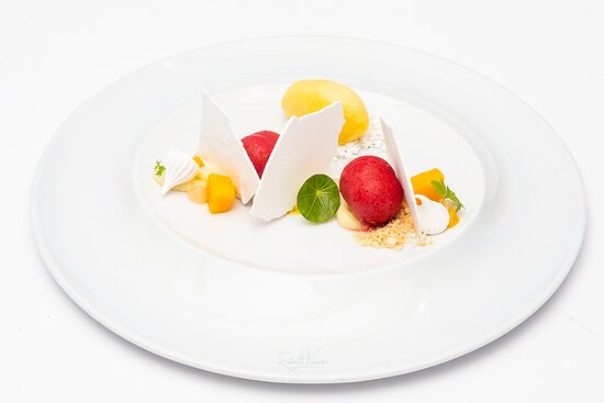 Esfera de mousse de lichia com merengue, marshmallow de abacaxi e sorvete de manga
