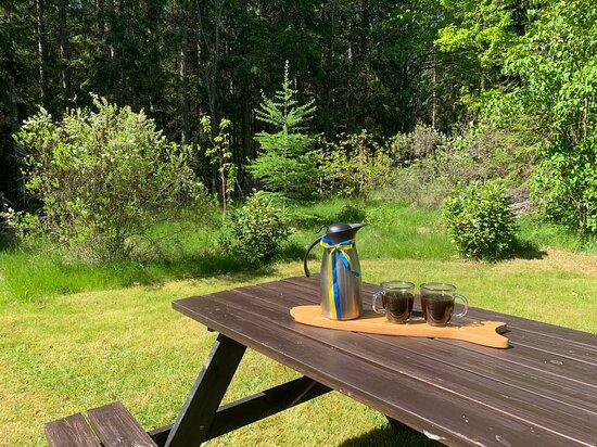 Blekinge County, Sweden: Gemütliche Holzsitzgruppe im Garten des Ferienhaus in Schweden, ideal zum Frühstücken in der Sonne.