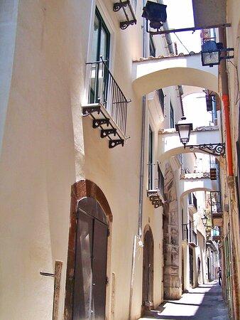 Tra i vicoletti del Centro storico di Salerno ti aspettiamo al B&B Salerno In Centro la tua stanza di lusso ad un prezzo incredibile nel cuore di Salerno Città