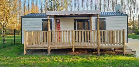 Nirvana duo 33m², modèle 2020, pour 4 personnes, deux chambres, deux salles de bains, un espace cuisine repas salon, une terrasse semi couverte avec salon de jardin, transats, un parking pour un véhicule
