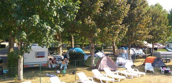 Emplacements camping pour toiles de tente, caravanes, camping-cars , emplacements de taille 80 à 100m², ombragés ou partiellement ombragés.