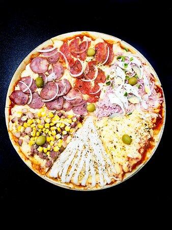 Pizzas italianas com massa fina e vários sabores