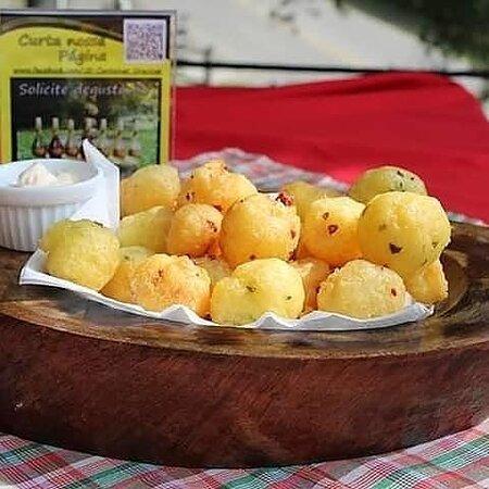 Porção de bolinha de aipim com calabresa, salsinha e cebolinha