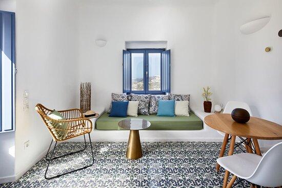 Eemrald Suite living room