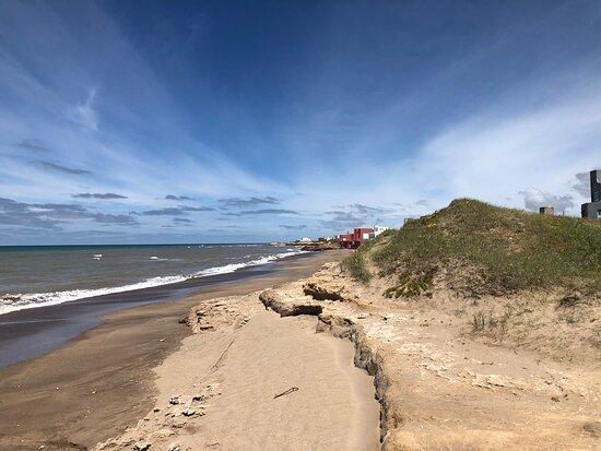 Mar del Sur, Argentina: Hermoso lugar. Tranquilo, ideal para el descanso. Playas inmensas, bosques cercanos.