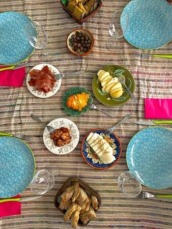 Workshop de gastronomia em casa. Antes de preparar o almoço é preciso ir às compras à Praça da Fruta. O almoço é Cataplana de Ameijoas e é feito por todos os participantes. O almoço é serviço na cozinha da casa da Teresa, na Foz do Arelho