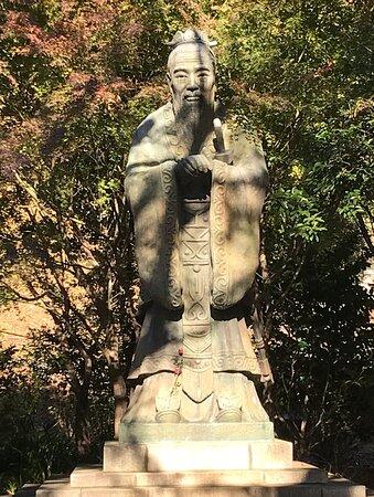 孔子銅像。昭和50年(1975)、中華民国台北市ライオンズクラブから寄贈された。高さ4.57メートル、重さ1.5トン。孔子像としては世界最大のもの。