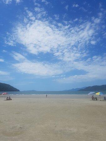 A praia é linda, calma, limpinha! Própria para quem quer tranquilidade e passar um tempo em família. Pastel da Noeli, provem!!