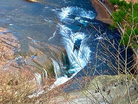 上から見下ろす滝
