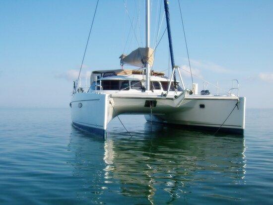 L'Aiguillon-sur-Mer, France : Catamaran de 12m, stable et confortable. Il vous fera découvrir les pertuis Breton et d'Antioche. Des balades nautiques inoubliables
