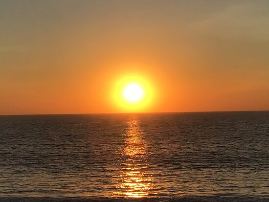 La Manzanilla, מקסיקו: Enjoy your favourite beverage while watching pelicans and other sea birds diving for fish while the sun gently dips into the Pacific Ocean.