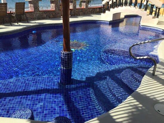 La Manzanilla, מקסיקו: The pool is always refreshing.  Enjoy the swim up bar and built in sun loungers.