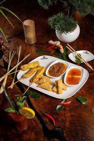RUAM MIT Gemischter Vorspeisenteller mit 3 Frühlingsrollen, 3 Wan Tan, 3 Hühnerfleischspießen, mit Erdnuss- und süß-saurer Soße