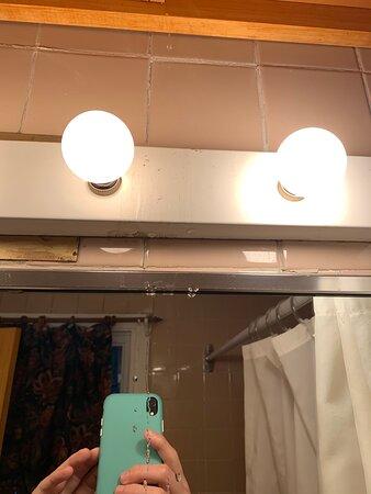 Eau qui coule de la salle du bain du haut. Proche du système lumineux.