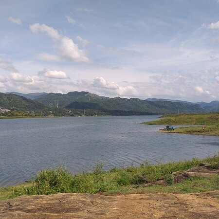 Kandy, Sri Lanka: Victoria lake in digana