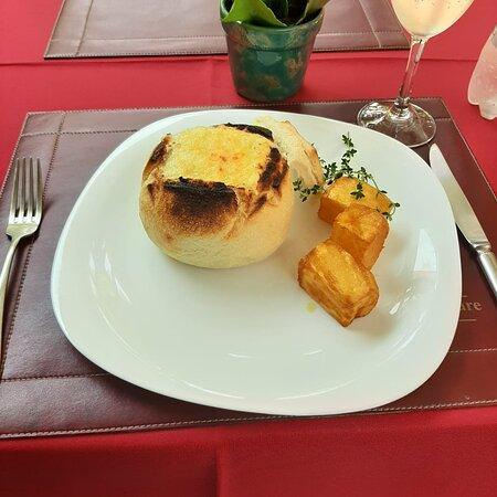 Medalhão de filé mignon grelhado, na panhoca, coberto com um delicioso creme de gorgonzola, acompanha batatas coradas.