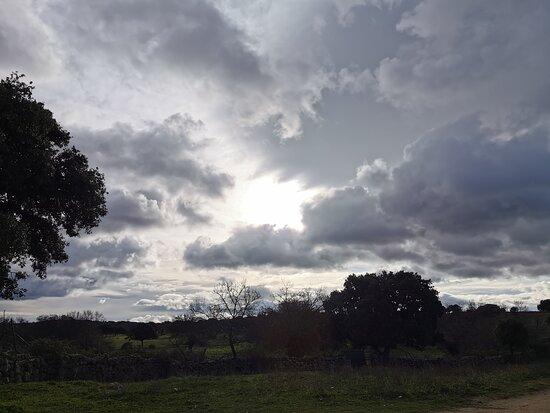 Galapagar, España: El sol oculto entre las nubes.