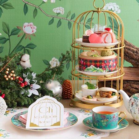 """クリスマスの飾りに彩られた""""神戸 旧居留地""""の上品な雰囲気と 兵庫県内の食材を使用したCh Tea Room Kobeオリジナルのアフターヌーンティーセットが登場致します!  ホワイトチョコの雪化粧をまとったスノーホワイト・オペラや 金箔であしらった赤いベリーのブラマンジェ。 中華街""""南京町""""をイメージした飲茶を蒸籠にてご提供致します。  フォアグラや淡路牛など高級食材をふんだんに使用したセイボリーも揃え、 特別感溢れるアフタヌーンティータイムをお楽しみ頂けます。  寒さが深まるこれからの季節、 美味しいスイーツと温かいお料理、 マリアージュ・フレールの紅茶とのペアリング(一緒)に、 心も身体もほっこりする時間をお過ごし下さい♡  【販売期間】 12/2(水)~12/30(水)  ・Kobe Christmas Afternoon Tea Set (90分制フリードリンク)¥3,800+tax ・Kobe Christmas Afternoon Tea Set (90分制フリードリンク+スパークリングワイン付)¥4,500+tax"""