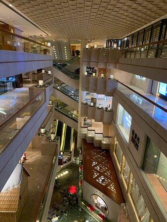 從電梯可看到酒店商場