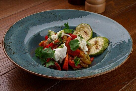 Фирменный салат с овощами гриль и сыром моцарелла