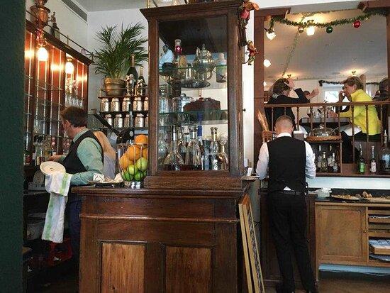 Ein wunderschönes Buffet im Stil der Pariser Belle époque. Bis auf letzte Detail ist dieses Café ein Zeugnis vergangener Zeiten.