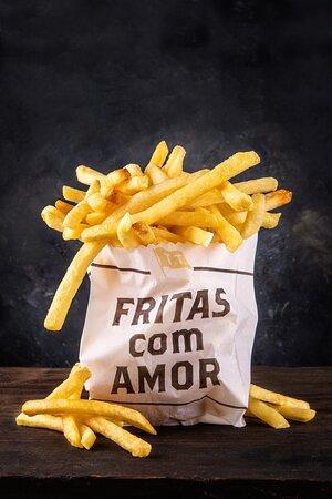 Nossas famosas batatas fritas com amor, finalizadas no sal de pimenta. Combina perfeitamente com nosso exclusivo e irresistível ketchup de goiabada.