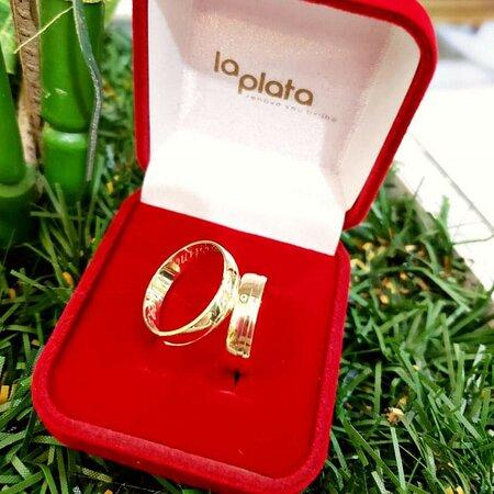 👰 Mais um par de alianças pronto 🤵 💳 Parcelamos em até 20x 📲 (51)99506 2504 . . . #capaodacanoa #laplatarenoveseubrilho #joia #aliancas #anel #relogio #brincos #ouro #prata #pulseira #bracelete #corrente #perfume