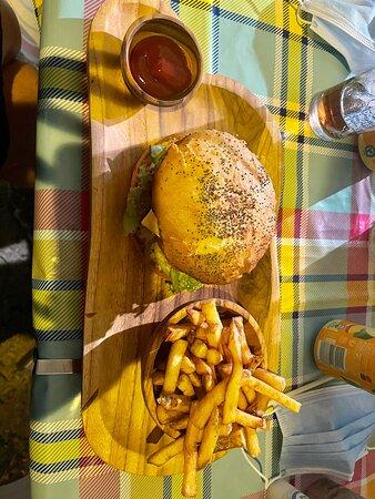 Nous avons pris la formule duo à 29€ burger maison + frites maison + boisson , super bon , pains et ingredients de qualités , et pour couronner le tout personnels super agréable  A conseiller !!!