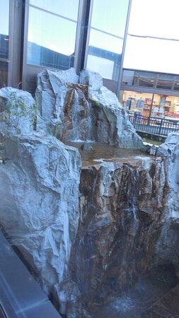 ロビーからエレベーターに向かう右手にある滝。なかなか立派なものです。